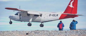 Flugzeug landet auf dem Flugplatz Düne